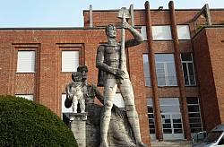 La scultura di Leone Lodi all'ingresso dello stabilimento
